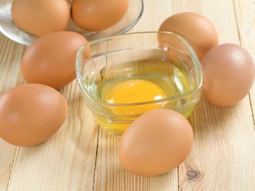 Dùng lòng trắng trứng gà giúp các mẹ sau sinh làm mờ rạn da an toàn.