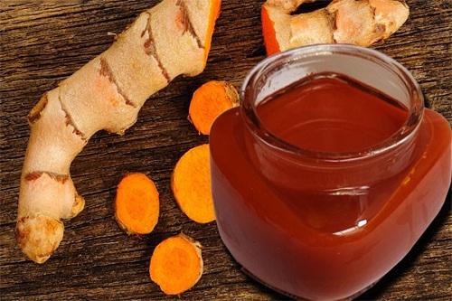 Rượu nghệ chứa các dưỡng chất giúp bạn chữa rạn da an toàn.