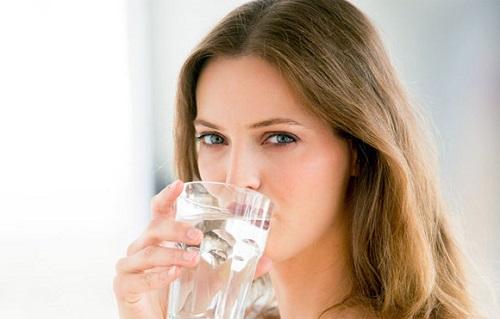 Cung cấp nước đầy đủ giúp chống rạn da an toàn.