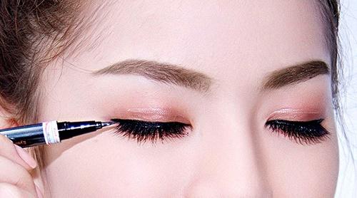 Phun xăm mí mắt là hình thức trang điểm bán vĩnh viễn cho đường viền mí, khiến đôi mắt có chiều sâu và có hồn hơn.