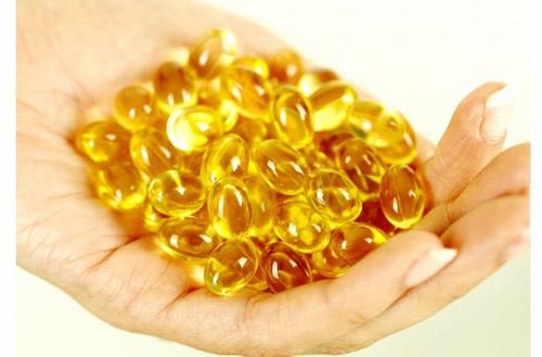 Dùng tinh chất bên trong viên nang vitamin E thoa trực tiếp lên vùng da bị rạn mỗi ngày để khắc phục rạn da sau sinh nhanh chóng.