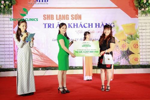 Đại diện Thu Cúc Clinics trực tiếp trao quà tri ân cho khách hàng