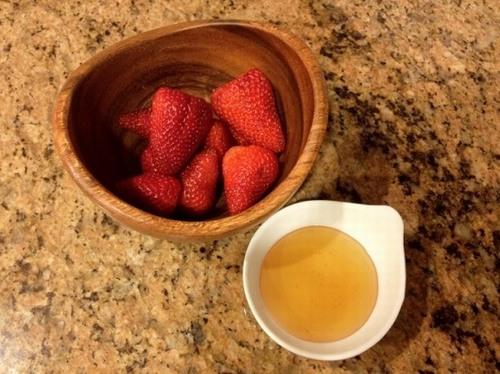 Bạn có thể kết hợp dâu tây và mật ong để xóa mờ mọi đốm tàn nhang