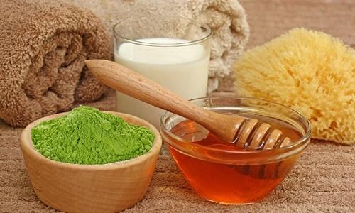 Kết hợp bột đậu xanh với mật ong, bột nghệ và sữa tươi sẽ tạo ra một loại mặt nạ trị tàn nhang an toàn.