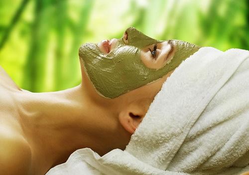 Đậu xanh chứa nhiều thành phần có tác dụng làm mờ các đốm tàn nhang trên da, cải thiện vết thâm.