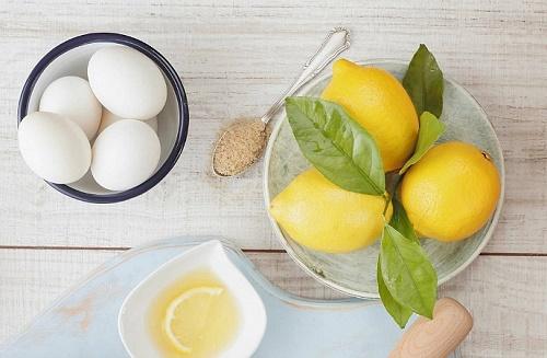 Chanh rất dồi dào Vitamin C có tác dụng chống oxy hóa và tẩy tẩy tế bào chết nhẹ nhàng, an toàn.