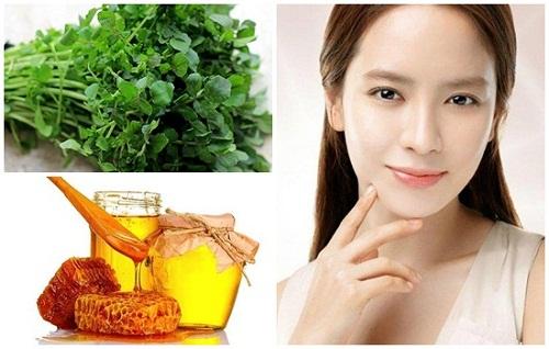 Trong rau cải xoong có chứa nhiều vitamin C, B, E và các chất sắt, phốt pho có tác dụng làm giảm những đốm tàn nhang.