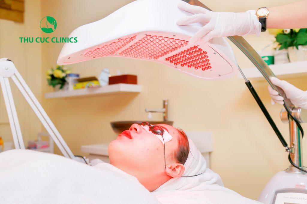 Chiếu ánh sáng bằng công nghệ Blue Light để tiêu diệt vi khuẩn và kích thích tăng sinh collagen tái tạo da mạnh mẽ