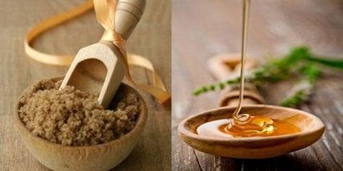 Mật ong còn có chứa nhiều vitamin và dưỡng chất giúp môi hồng hào tự nhiên, mềm mịn không cần đánh son.
