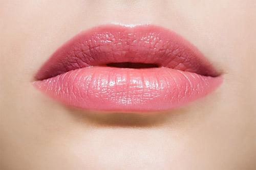 Kết hợp mật ong cùng đường sẽ giúp đôi môi sớm hồng hào và hết thâm sạm.
