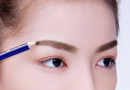 Sử dụng bút chì kẻ lông mày vẽ một đường để đánh dấu điểm bắt đầu của của 2 bên lông mày.