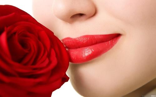 Sử dụng thường xuyên son môi có chứa nhiều chất hóa học sẽ dẫn đến tình trạng môi sẫm màu.