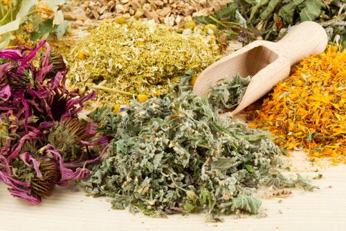 Đun sôi các nguyên liệu bài thuốc thảo dược ở thể khí dư rồi sử dụng chúng để uống hàng ngày