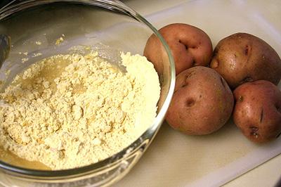 Trộn đều khoai tây với bột gạo để tạo thành hỗn hợp đặc mịn thoa đều lên mặt