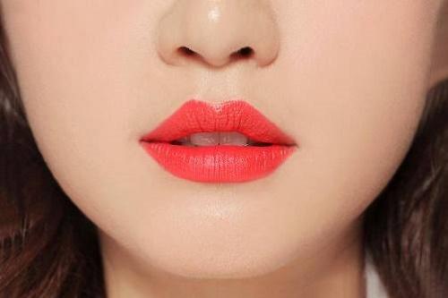 Những màu son sẫm màu sẽ là lựa chọn hoàn hảo cho bạn gái sở hữu đôi môi quá lớn.