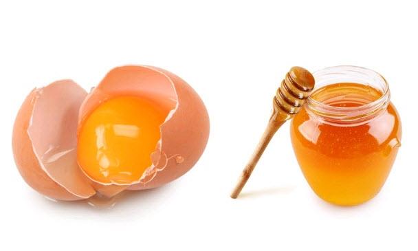 Trộn đều mật ong với lòng trắng trứng gà cũng là cách làm trắng da mặt chị em cần áp dụng