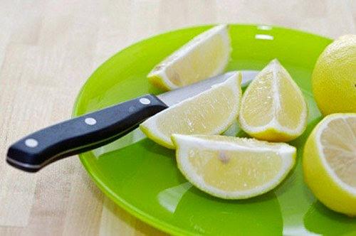 Sử dụng chanh để chữa môi thâm bẩm sinh tại nhà