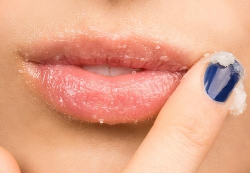 Kiên trì sử dụng đường nâu và mật ong để loại bỏ lớp sừng thâm xỉn trên da