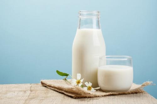 Các nghiên cứu đã chỉ ra rằng thành phần trong sữa tươi có chứa nhiều chất béo, protein, vitamin và khoáng chất dồi dào sẽ trị tàn nhang hiệu quả