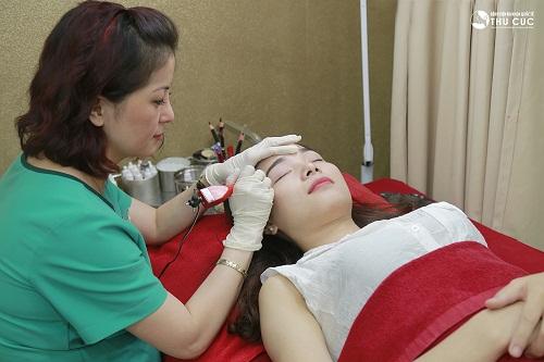 Thu Cúc Clinics đang ứng dụng phương pháp thêu lông mày hiện đại, được thực hiện bởi đội ngũ kĩ thuật viên giỏi.