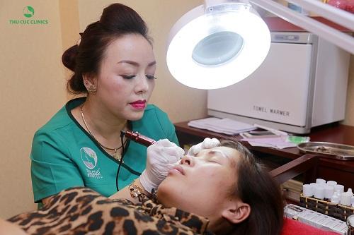 Phun mí mắt tại Thu Cúc Clinics là giải pháp tạo viền mí mắt to hơn, sắc nét hơn với các loại mực xăm màu hiện đại.