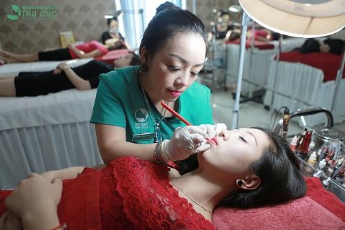 Qúa trình phun xăm môi tại Thu Cúc Clinics diễn ra cẩn thận, nhẹ nhàng bởi bác sĩ, kỹ thuật viên giỏi, nhiều năm kinh nghiệm