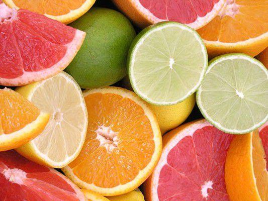 Uống nhiều cam, chanh và vitamin C để tăng cường sức đề kháng, giúp da môi hồi phục nhanh chóng