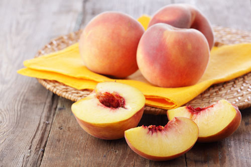 Trong quả đào có chứa nhiều vitamin A, C, E, có tác dụng làm mờ nám da hiệu quả.