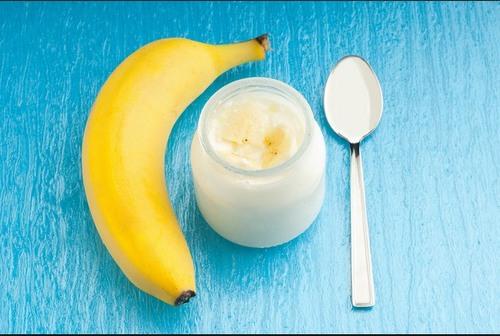 Mặt nạ sữa chua và chuối chín rất đơn giản, không gây kích ứng với mọi loại da