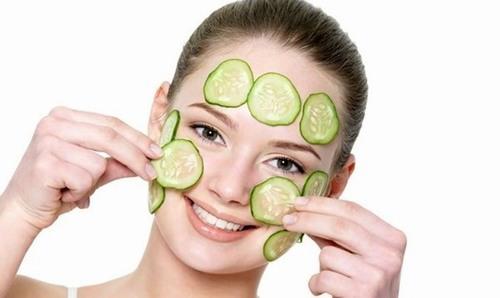 Đắp mặt nạ là cách trị tàn nhang đơn giản nhất bởi tất cả những gì bạn cần chuẩn bị đó là quả dưa chuột tươi.