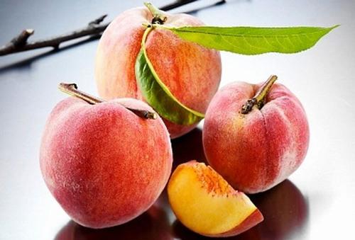 Trong làm đẹp, đào phát huy khả năng trị tàn nhang, giúp da săn chắc và căng mịn nhờ thành phần chứa nhiều vitamin A, C.