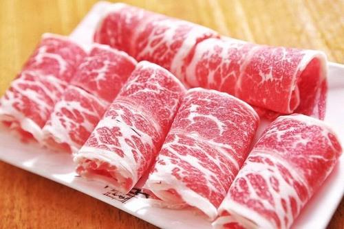 Thịt sẽ làm cho màu môi lên không chuẩn, không đẹp như ý muốn và thậm chí có thể khiến màu môi sậm hơn