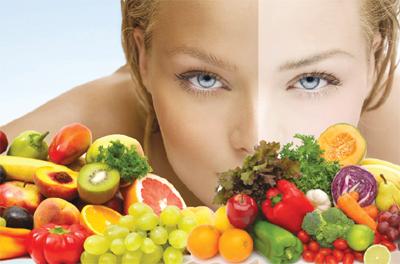 Ăn nhiều rau xanh và trái cây để bổ sung vitamin dưỡng chất giúp tái tạo da hiệu quả