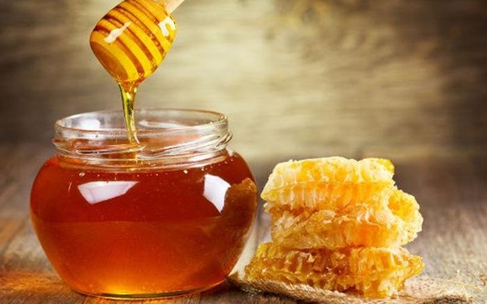 Sử dụng mật ong để thoa đều lên vùng da có lỗ chân lông to. Lưu ý sau thực hiện nên rửa sạch lại da bằng nước lạnh