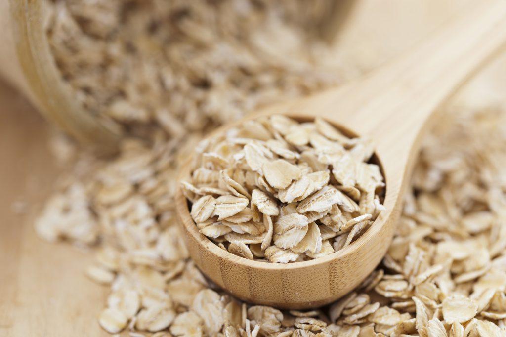 Yến mạch chứa nhiều vitamin B và giá trị dinh dưỡng giúp tái tạo da mặt trở nên sáng mịn