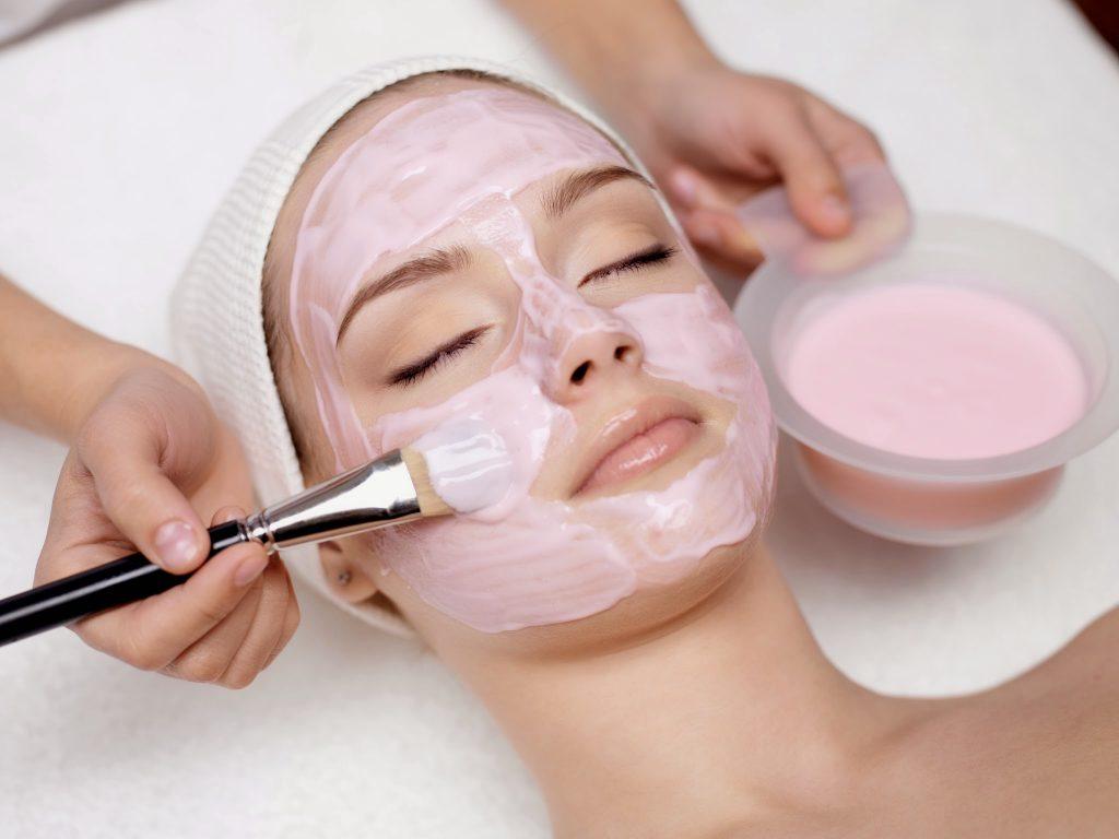 Sử dụng sữa chua để thoa đều lên vùng da cần làm trắng. Lưu ý thực hiện nhẹ nhàng trong thời gian dài để đem lại hiệu quả cao