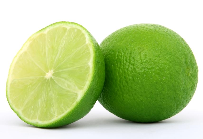 Chanh chứa nhiều vitamin C và khả năng loại bỏ hắc tố melamin giúp làm giảm các vết sẹo thâm hiệu quả