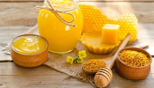Dùng sáp ong để tẩy lông chân từ lâu đã được đông đảo chị em ưa chuộng bởi dễ thực hiện tại nhà.