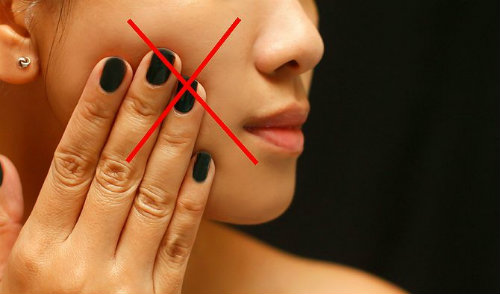 Không tự ý sờ tay lên mụn để tránh vi khuẩn lây lan, khiến mụn trở nên viêm nhiễm