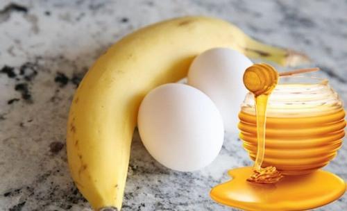 Lòng trắng trứng gà rất nhiều protein và các dưỡng chất có khả năng nuôi dưỡng làn da trở nên trắng sáng, mịn màng.