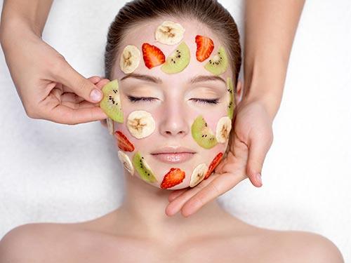 Đắp mặt nạ dưỡng da hàng ngày là cách bổ sung dưỡng chất, giúp tái tạo da khỏe mạnh và trở nên trắng hồng từ sâu bên trong
