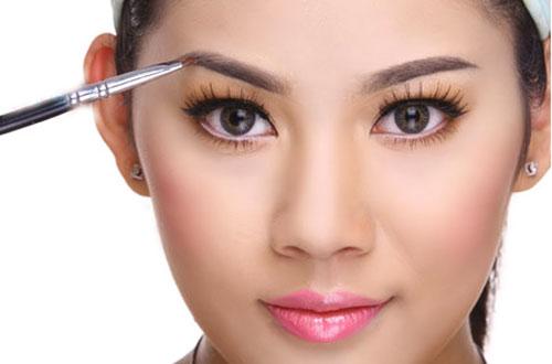 Dáng lông mày ngắn hơn mặt nằm trong nhóm những dáng lông mày của cô nàng có số hưởng.