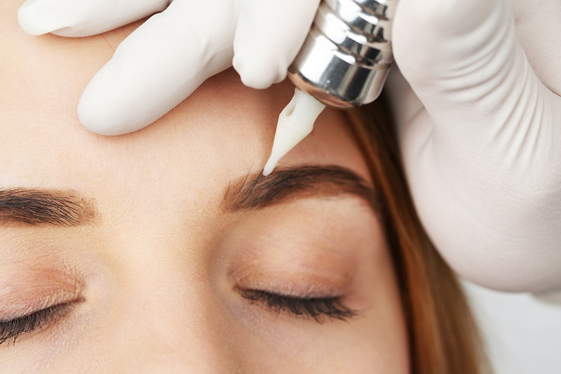 Bôi thuốc mỡ sau khi điêu khắc lông mày theo đúng chỉ định của bác sĩ để tăng cường khả năng tái tạo da