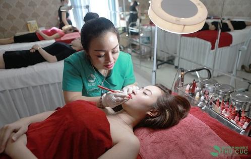 Qúa trình phun xăm môi tại Thu Cúc Clinics được bác sĩ tiến hành thẩn trọng, nhẹ nhàng vì vậy không gây xâm lấn, không để lại sẹo