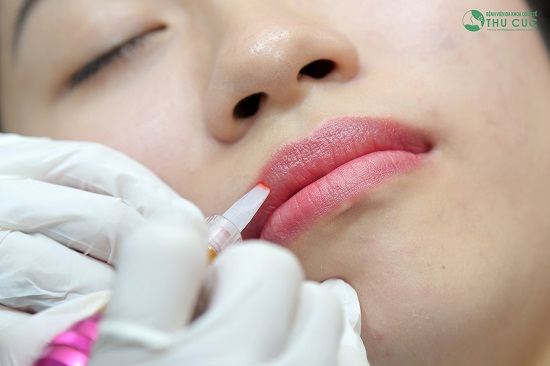 Quá trình phun xăm môi chỉ tác động trên lớp thượng bì niêm mạc môi mà không xâm lấn, ảnh hưởng tới dây thần kinh nên không ảnh hưởng tới dây thần kinh hay cảm giác của môi