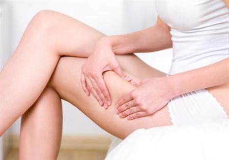 Massage da đùi bằng tinh dầu cũng là biện pháp hỗ trợ các vết rạn da một cách hiệu quả