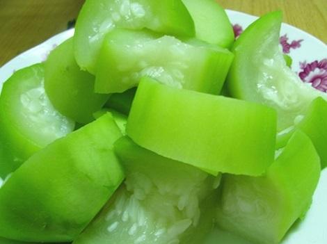 Luộc bí xanh để ăn hàng ngày là một trong những biện pháp giúp hỗ trợ điều trị tàn nhang
