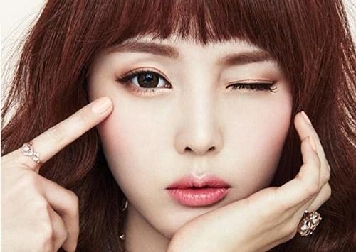 Xăm mí là một hình thức trang điểm thời gian dài, tạo nên đường mí mắt giúp đôi mắt trở nên sắc sảo.