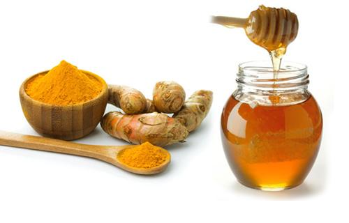 Sự kết hợp giữa bột nghệ và mật ong cũng là công thức làm trắng da không thể bỏ qua