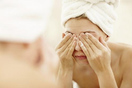 Về bản chất, điêu khắc lông mày chỉ lướt nhẹ trên lớp thượng bì của da, không gây tổn thương sâu nhưng bạn vẫn cần phải kiêng nước sau khi tiến hành làm đẹp.